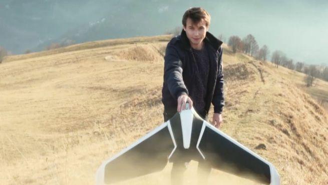 go to Papierflieger-Stil: Flügel-Drohne startet aus der Hand